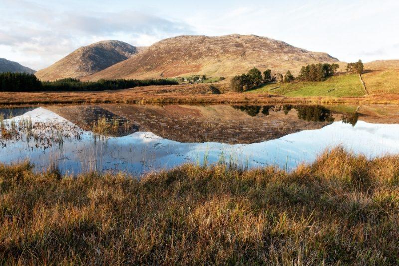 Maumturk Mountan Lake in de herfst in Ierland met Galtic