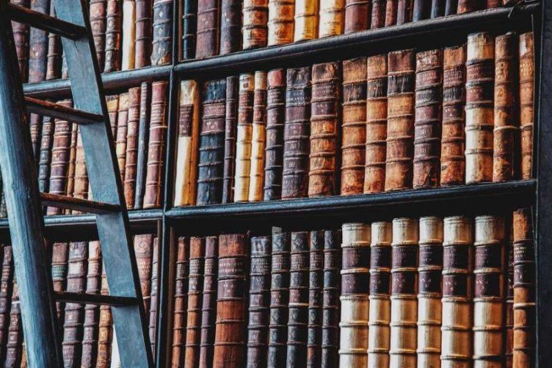 Duizenden boeken in de bibliotheek van het prestigieuze Trinity College