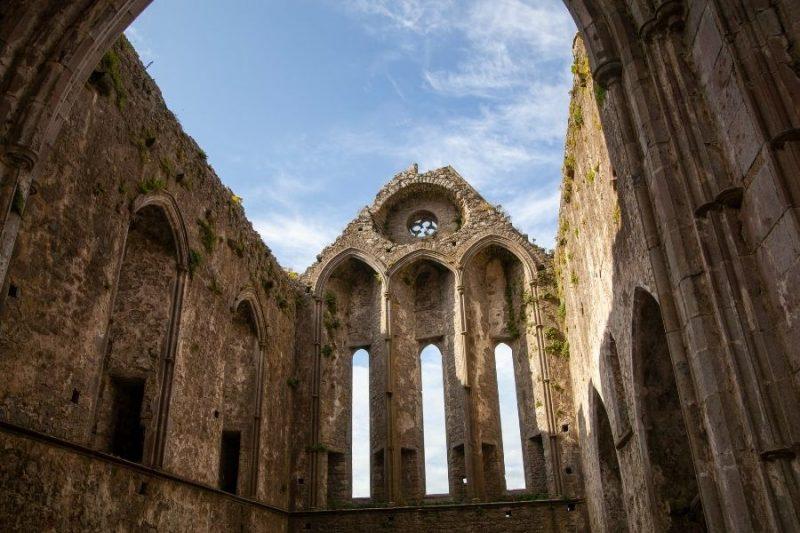 Bewonder de Rock of Cashel in Ierland